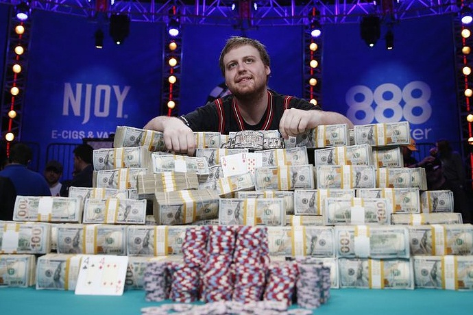 Джозеф МакКиен – Чемпион WSOP 2015, и сколько получат после налогов финалисты